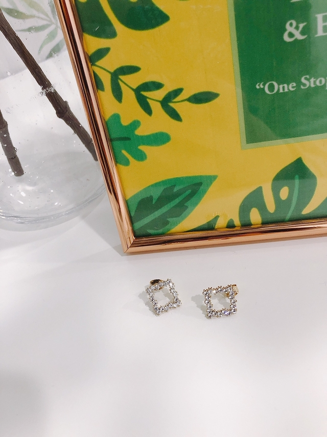 913115 細緻小巧方形鑽耳環