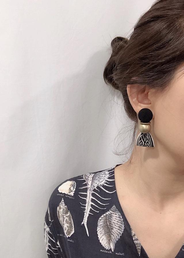 914169 時髦金屬圖騰耳環 - 黑白