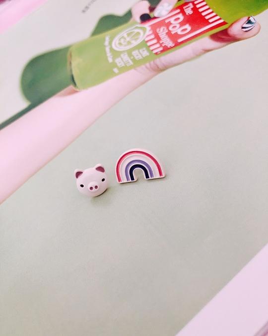915143 小豬彩虹耳環