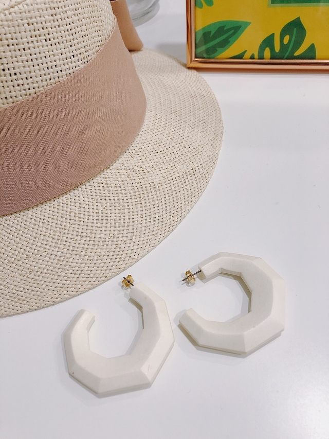 913110 白色木質耳環