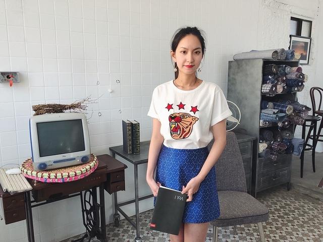 812018 緞面雪花短裙 - S