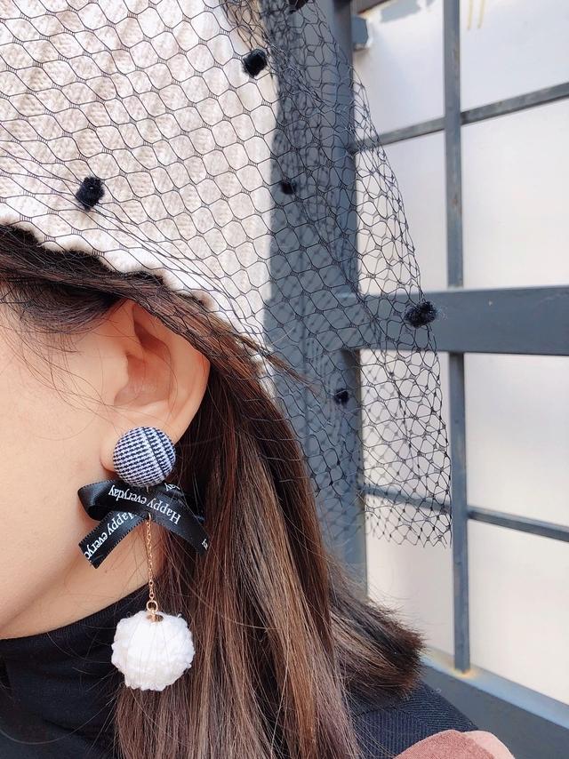 81B087 字母緞帶毛毛球耳環 - 白