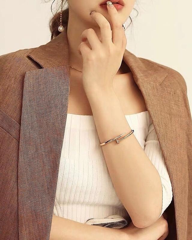 912025 玫瑰金釘造型手環