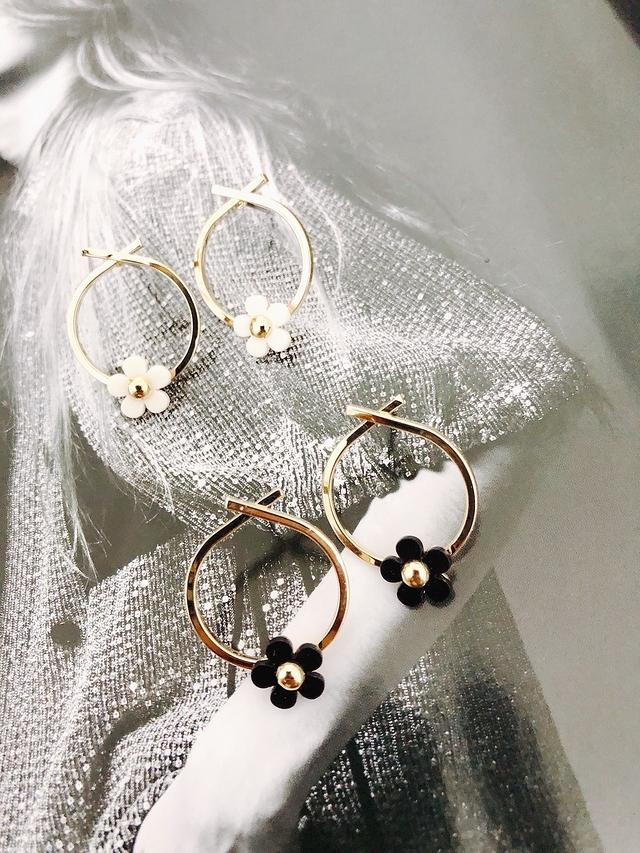 915141 小花朵環形珍珠耳環 - 黑